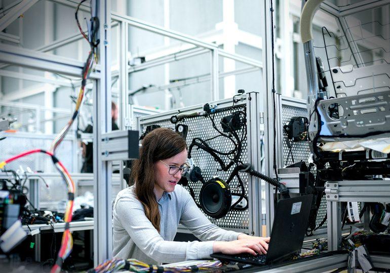 Professores e alunos juntos na resolução de problemas reais, uma revolução importante para o curso de Engenharia Industrial